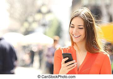 mądry, kobieta, pomarańcza, chodząc, telefon, koszula, ...