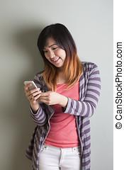 mądry, kobieta, wall., telefon, używając, chińczyk, przód