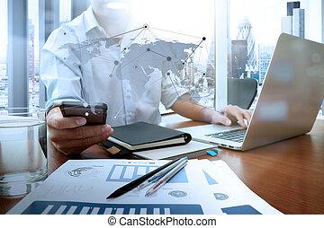 mądry, pracujący, handlowy, biznesmen, nowy, nowoczesny, drewniany, telefon, komputer, strategia, biurko, ręka, pojęcie