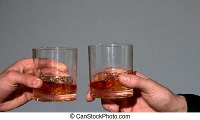 mężczyźni, clinking, whisky, okulary