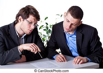 mężczyźni, czytanie, niejaki, kontrakt, przed, znacząc