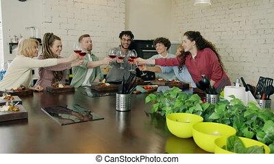 mężczyźni, kobiety, klasa, gotowanie, toasting, okulary, ...