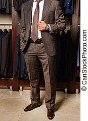 mężczyźni, zaopatrywać, człowiek, podłoga, stoi, kosztowny, garnitur, odzież, handlarski, młody