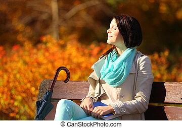 młoda dziewczyna, odprężając, w, jesienny, park., upadek,...