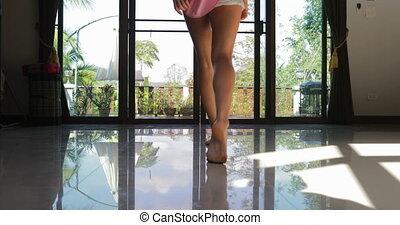 młoda dziewczyna, otwarty, balkon, wyjść, do, taras, wstecz,...