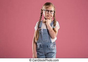młoda dziewczyna, w, okulary, przeglądnięcie precz, myślenie