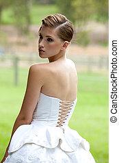 młoda kobieta, chodząc, biały strój