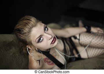 młoda kobieta, cyganiąc na leżance, w, jej, bielizna