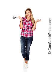 młoda kobieta, dzierżawa, nożyce, i, gesturing, dont, wiedzieć