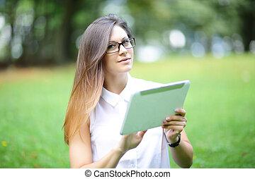 młoda kobieta, dziewczyna, pracujący, z, tabliczka, i, telefon, w, zielone pole, park, z, światło słoneczne