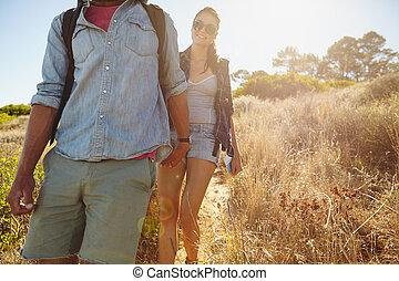 młoda kobieta, hiking, w, góra, z, jej, sympatia