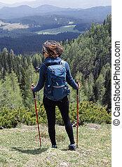 młoda kobieta, hiking, w, góra