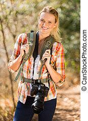młoda kobieta, hiking, w, jesień, góra