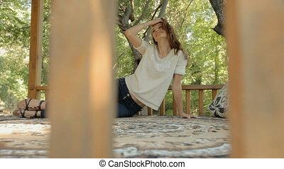młoda kobieta, leżący, na dywanie, w, przedimek określony przed rzeczownikami, balkon, w, przedimek określony przed rzeczownikami, drewna