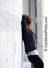 młoda kobieta, odprężając, po, trening
