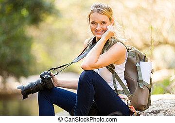 młoda kobieta, odprężając, w, górska dolina