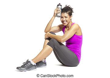młoda kobieta, odprężając, w, lekkoatletyka, sprzęt