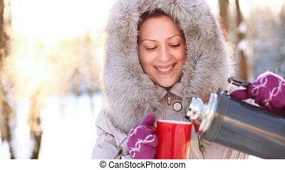 młoda kobieta, picie, outdoors.