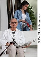młoda kobieta, pomagając, na, starszy, dama