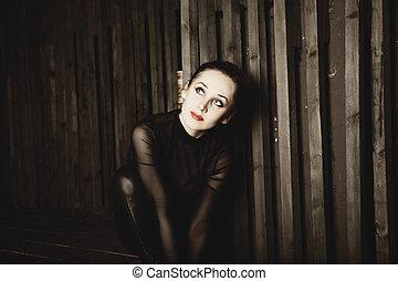 młoda kobieta, posiedzenie, na, drewniany, schody