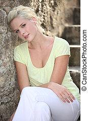 młoda kobieta, posiedzenie, na, kamień, schody