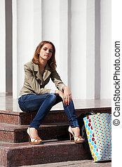 młoda kobieta, posiedzenie na kroczku