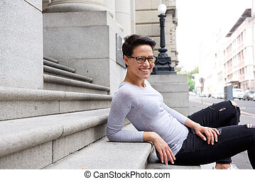 młoda kobieta, posiedzenie na kroczy, zewnątrz