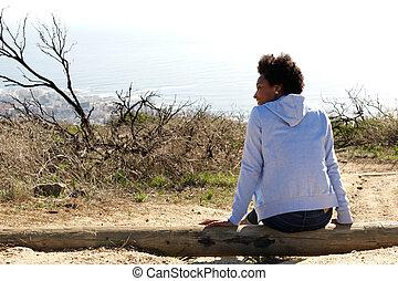 młoda kobieta, posiedzenie, outdoors, na, niejaki, kloc