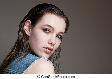 młoda kobieta, przedstawianie, na, szare tło