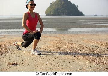 młoda kobieta, rozciąganie, na, plaża