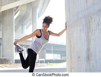 młoda kobieta, rozciąganie noga, mięśnie, outdoors
