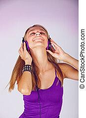 młoda kobieta, słuchająca muzyka