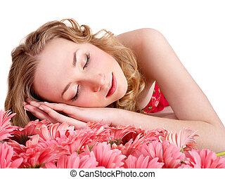 młoda kobieta, spanie, na, flowers.
