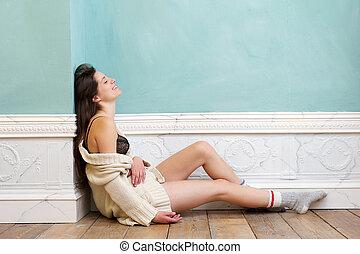młoda kobieta, uśmiechanie się, i, posiedzenie na podłodze, sam