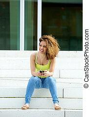 młoda kobieta, uśmiechanie się, z, earphones