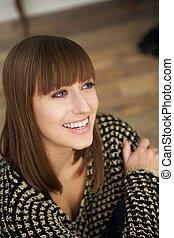 młoda kobieta, uśmiechanie się
