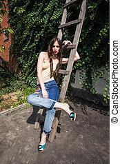 młoda kobieta, w, błękitne dżinsy, i, wysoki korek, w, podwórze, lato, fason