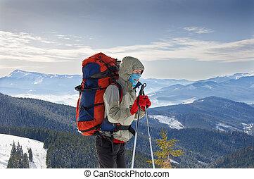 młoda kobieta, wycieczkowicz, hiking, w, karpatian