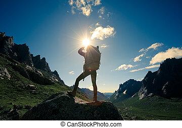młoda kobieta, wycieczkowicz, hiking, w, przedimek określony przed rzeczownikami, wschód słońca, górski szczyt