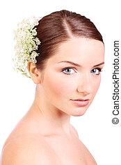 młoda kobieta, z, kwiaty, w, jej, włosy
