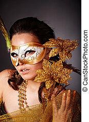 młoda kobieta, z, maska, na, szary, tło.