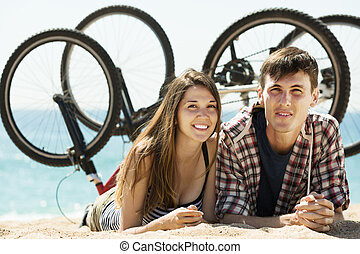 młoda para, bicycles, radosny