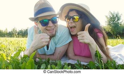 młoda para, cyganiąc na dół, w, trawa, i, uśmiechanie się