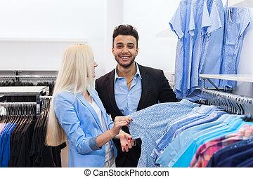młoda para, fason, sklep, szczęśliwy uśmiechnięty, człowiek i kobieta, klientela, wybierając, odzież, formalny chodzą, zakupy