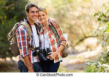 młoda para, hiking, w, góra