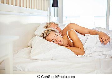 młoda para, spanie, w łóżku