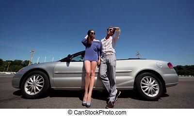 młoda para, w, sunglasses, stać, blisko, kabriolet, na, letni dzień