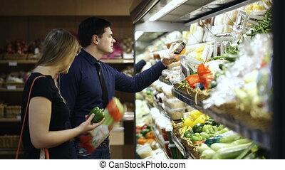 młoda para, wybierając, świeża zielenina, w, supermarket