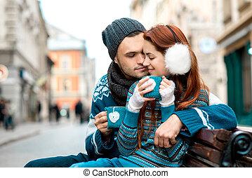 młoda para, z, kawa, w, zima, zewnątrz
