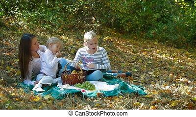 młoda rodzina, natura
